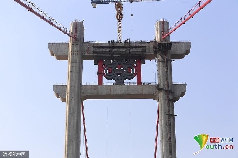 """两个桥塔上的""""中国结""""装饰是钢结构,由重钢生产."""
