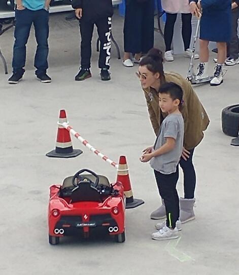张柏芝带俩儿子开玩具车Lucas酷如老爸冷面撅嘴