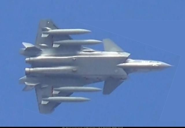歼20喷管偏转图曝光 疑用国产轴对称矢量发动机?
