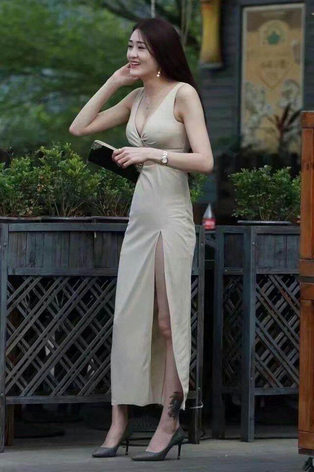 街拍:美女玲珑有致的好身材,搭配高开叉长裙,秀出白皙