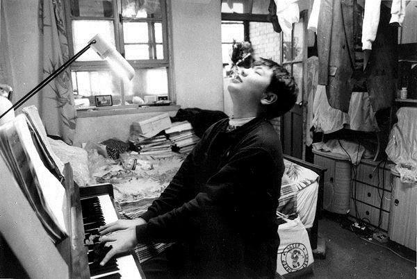 给你三个选择,第一是回沈阳,第二是跳楼,第三是吃药。郎朗回忆自己在听到父亲给自己的选择时说:我当时完全不知道该怎么办,心想跳楼太恐怖了,就说那吃药吧。在一个闷热的夏天,屋里没有风扇,更没有空调,幼小的郎朗坐在钢琴边一弹就是10多个小时。郎爸告诉记者,郎朗从小就有着同龄人少有的刻苦,因此,他的成功也注定缘自勤奋。