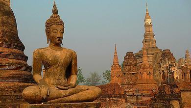 这里矗立着许多引人注目的纪念性建筑,反映了泰国早期建筑的艺术风格.
