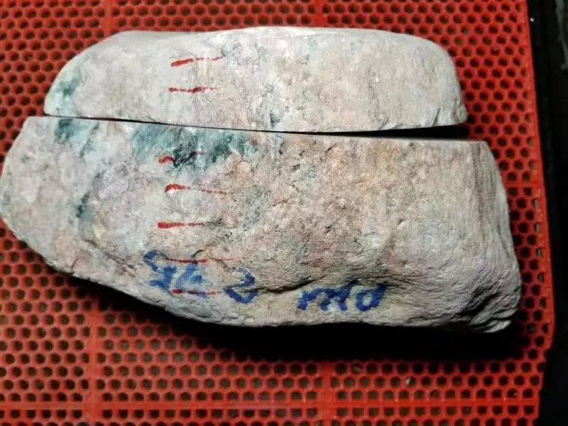 13公斤的翡翠原石,一刀切开后引发争议,是涨是垮难以定夺!