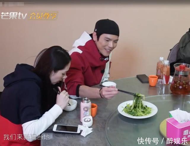 向佐用自己筷子给郭碧婷夹菜,有谁注意她说的2个字?网友炸锅