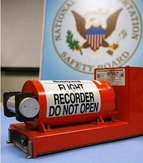 当飞机失事时,依靠黑匣子的紧急定位发射机自动向