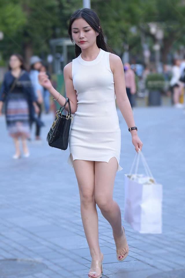 路人街拍:职场穿搭怎么才时髦,这位小姐姐的完美演绎,很美