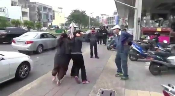 警方演习太逼真 路人大妈冲向抢匪救人质