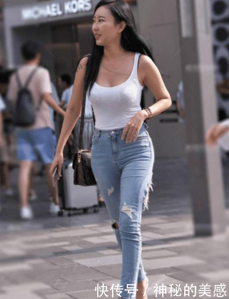 路人街拍,美女紧身牛仔热裤搭配高跟鞋,凸显高挑身姿
