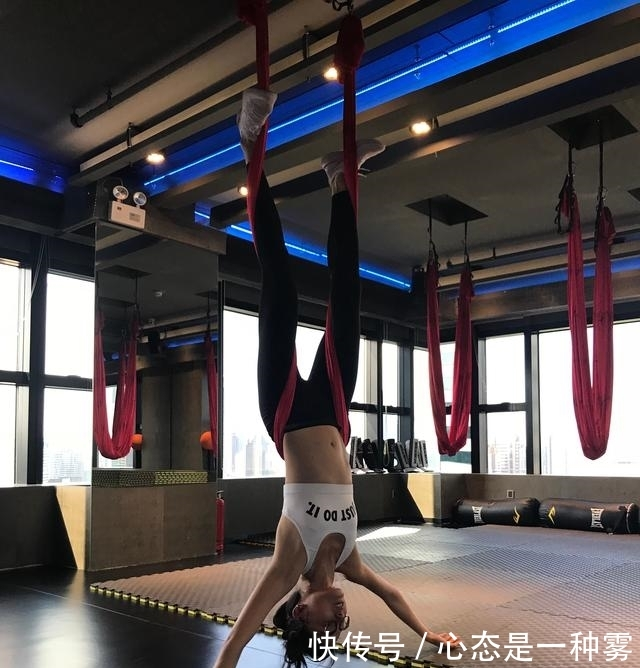 超模雎晓雯倒立照,引网友热评:屋顶不够高,你都做不了倒立!