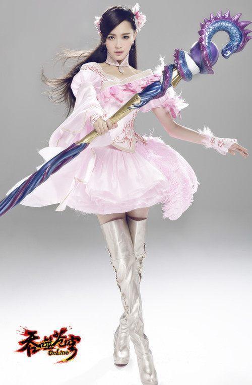 本以为赵丽颖的游戏装扮已经够美了,没想到看到迪丽热巴的我愣住了!