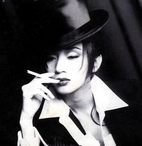 吸烟的女明星名单_女明星抽烟的图片