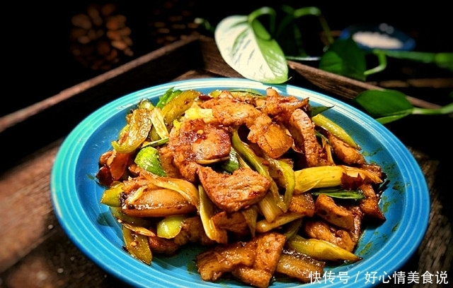 川菜大厨教你正宗回锅肉的做法,色泽红亮,肥而不腻,开胃又下饭