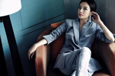 41岁赵薇穿花裙朝气蓬勃,38岁郝蕾穿错衣服腰粗三圈!