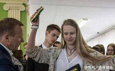 俄罗斯女孩高考度过装置检,被强大迫要寻求脱下内衣,网