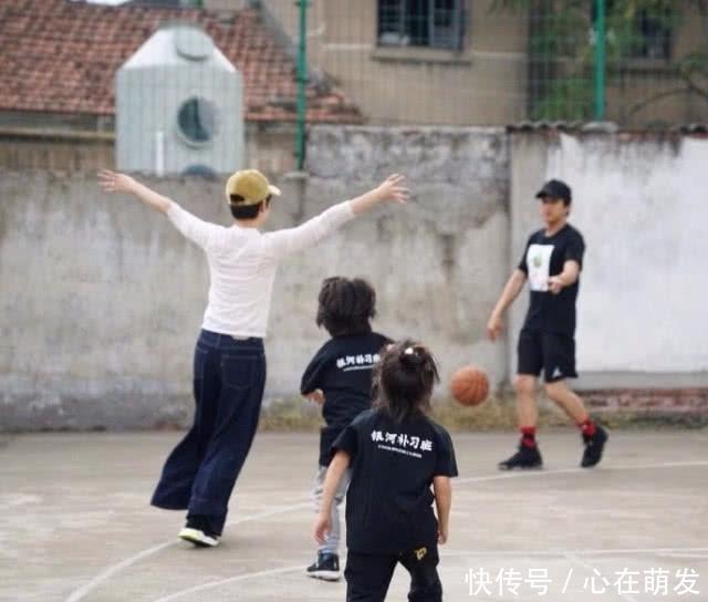 好爸爸邓超上线,为满足孩子用纸板自制滑雪鞋,自己也乐在其中!