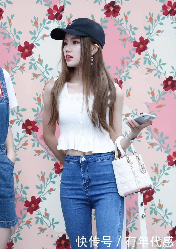 <b>街拍:小姐姐妆容做得非常精致,配上太阳帽真是美成仙女</b>