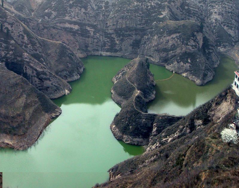 蛇岛位于仙女湖风景名胜区舞龙湖景区若虹群岛北面,面积仅有3.5亩.