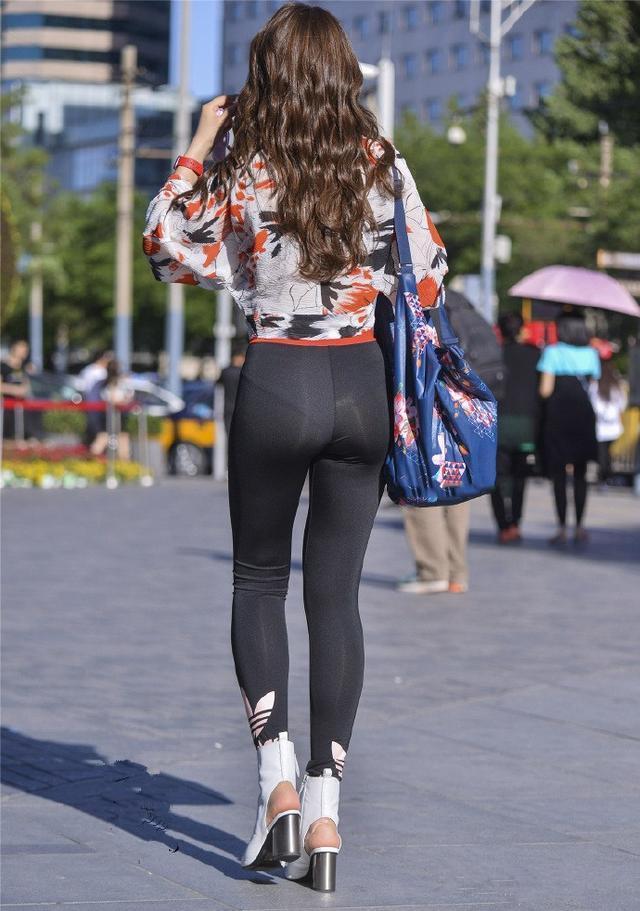 街拍:第二个紧身男人很好,身材裤配高跟鞋,提臀女孩穿服情趣图片