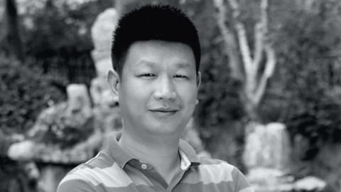 重庆35岁男教师为救人溺亡,母亲悲痛含泪在遗像上落下一吻