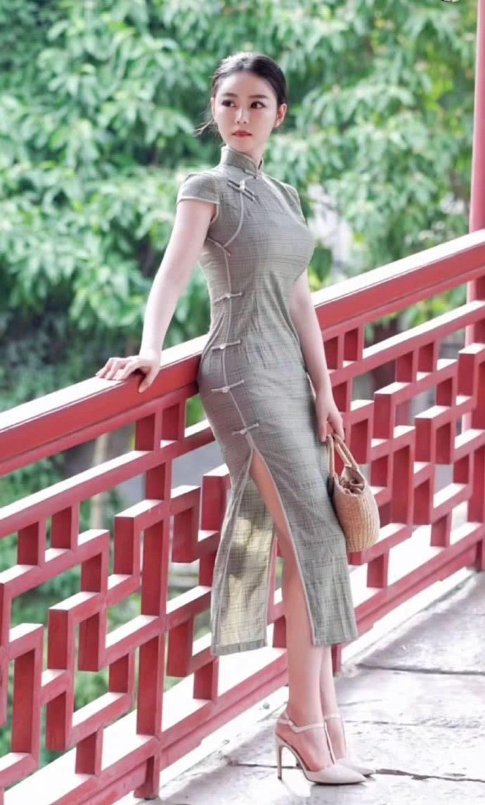 街拍:旗袍更显东方女性魅力,学小姐姐这么穿尽显好身材