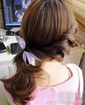 二,欧式时尚的清爽马尾扎发 步骤1,将头发分两半,右边的头发用橡皮筋