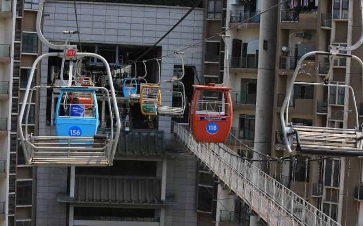 """重庆景区索道""""穿楼""""而过 吸引游客感受惊险与刺激"""