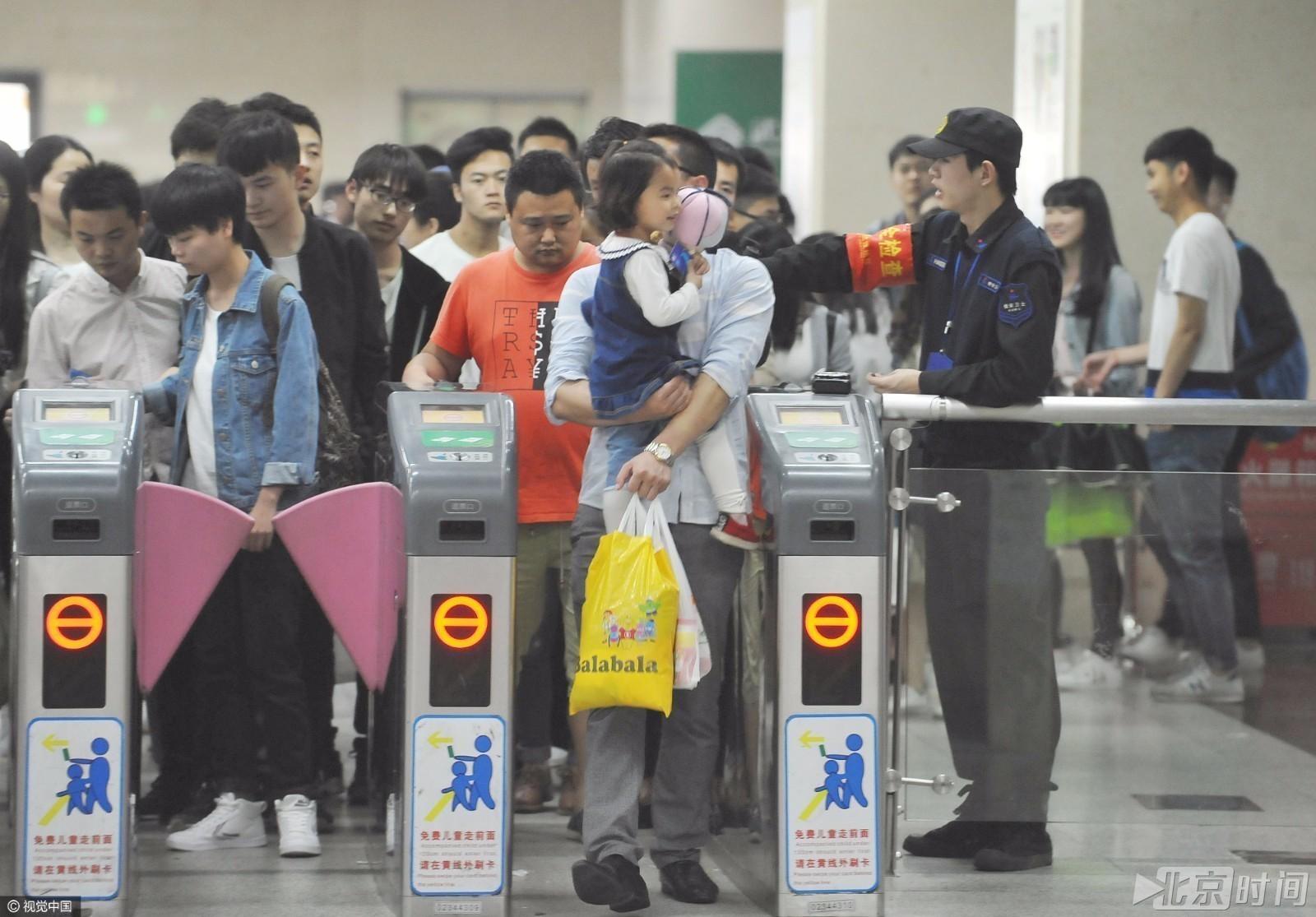 【转】北京时间      武汉地铁站内 男童内急站垃圾桶解决 - 妙康居士 - 妙康居士~晴樵雪读的博客