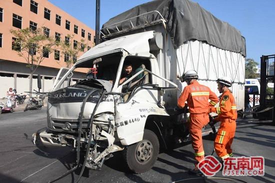 晋江:小货车撞上半挂车小货车司机被困驾驶室