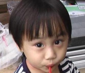 这个很多人 会熟悉,他爸爸也是个童星,小小彬小时候长得很是可爱,演过