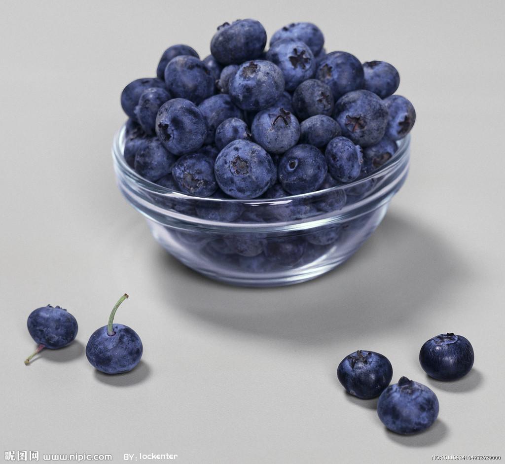 矮脚野生,颗粒小,但花青素的含量很高;第二种是人工培育蓝莓,能成长至