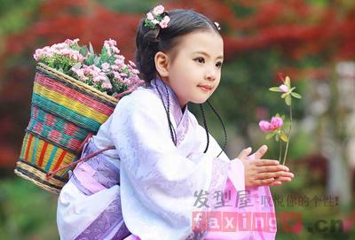 粉嫩的妆容,一身素雅汉服,背着小竹楼,好一个清纯可爱古装小美人.