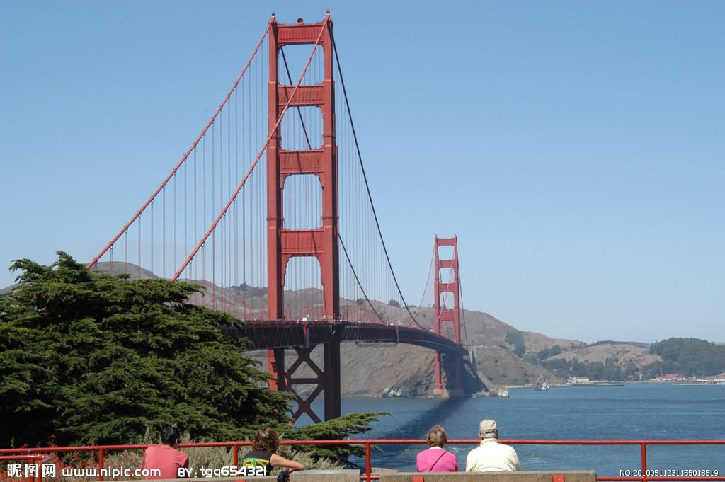 下去。《金门大桥》是一部纪录片,探索壮丽雄伟的金门大桥为何是世界上最受欢迎的自杀目的地,以及那些被它吸引住身陷其中的人们。埃瑞克斯帝尔及其摄制组在2004年全年利用白天的时间,分别在金门大桥的两端进行拍摄,记录下了这一年超过二十件死亡事件(此外还阻止了好几起)。他们同时还录音采访了当事人的朋友、家人和目击者,痛心地讲述细节和详情,是如何与意志消沉、药物滥用和精神疾病进行斗争的。电影工作者在呈现如此丰富而复杂的第一手材料的同时,也提出各种问题,关于自杀、精神疾病和公民责任等。 从金门大桥往下看,常有雾气萦绕