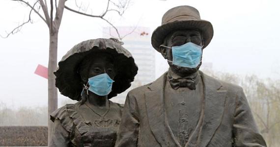 """郑州连续雾霾 """"饱受折磨""""的市民为雕塑戴口罩"""