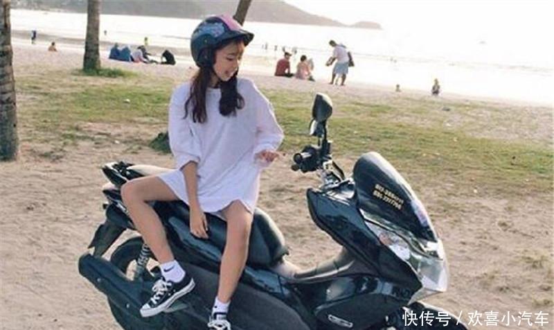 <b>女生为什么喜欢侧着坐摩托车?女神:不想让男人的想法得逞!</b>