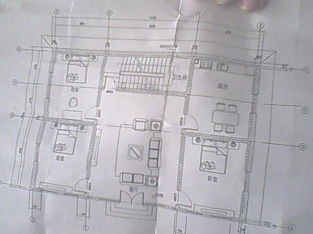 两层楼房,一层卫生间设在楼梯休息平台下边