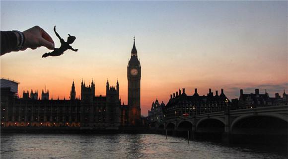 艺术家制作迪斯尼剪纸人物融入英国景点