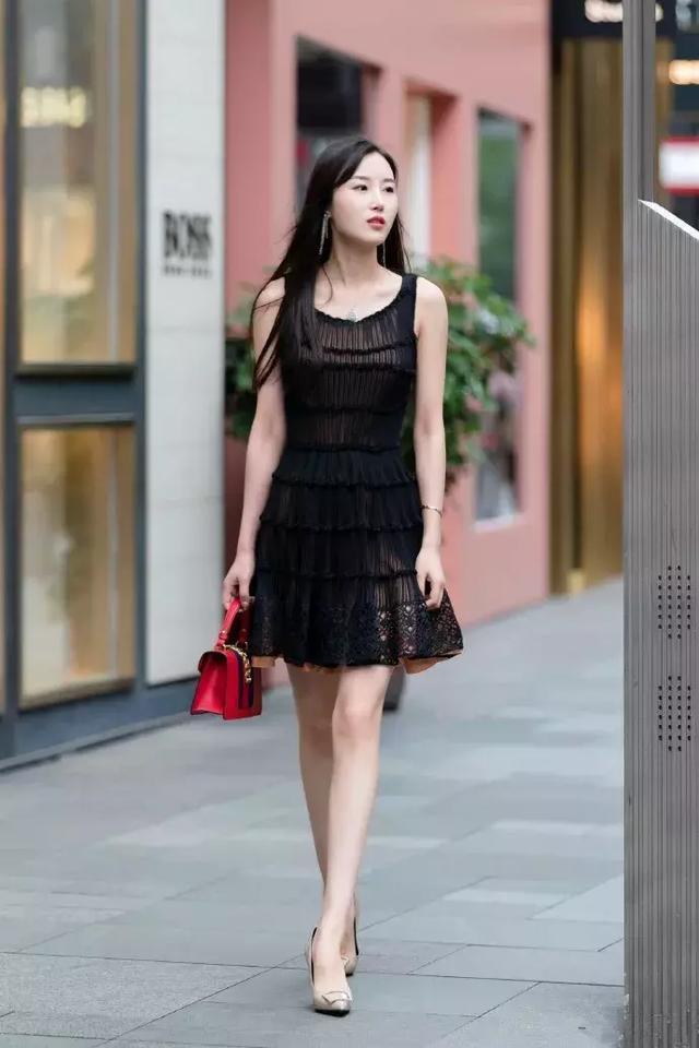 街拍:小姐姐一件黑色的休闲西装搭配黑白色格子裙,很有少女范插图(5)