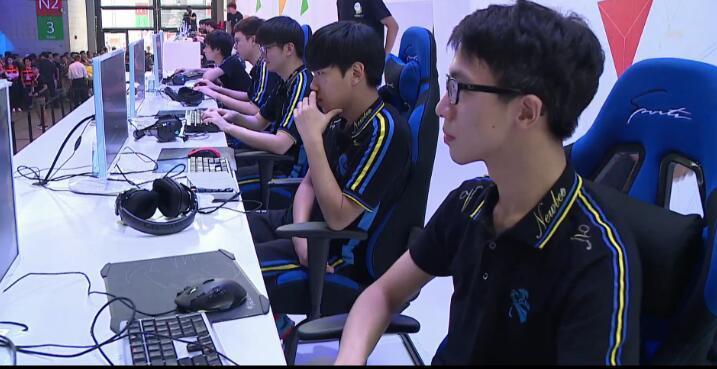 RNG、NB战队亮相腾讯展台