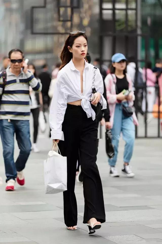 街拍:小姐姐一件黑色的休闲西装搭配黑白色格子裙,很有少女范插图(3)