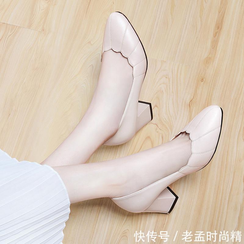 女人, 年过40多穿这浅高跟, 少穿小白鞋, 这样更显高挑女人味