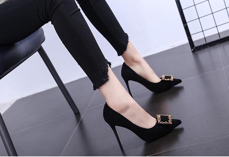 黄金柱子组成的方框装饰品,使高跟鞋更加性感有诱惑力