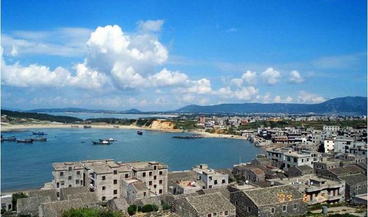 平潭岛位于福建省福州市附近海域,交通便利.