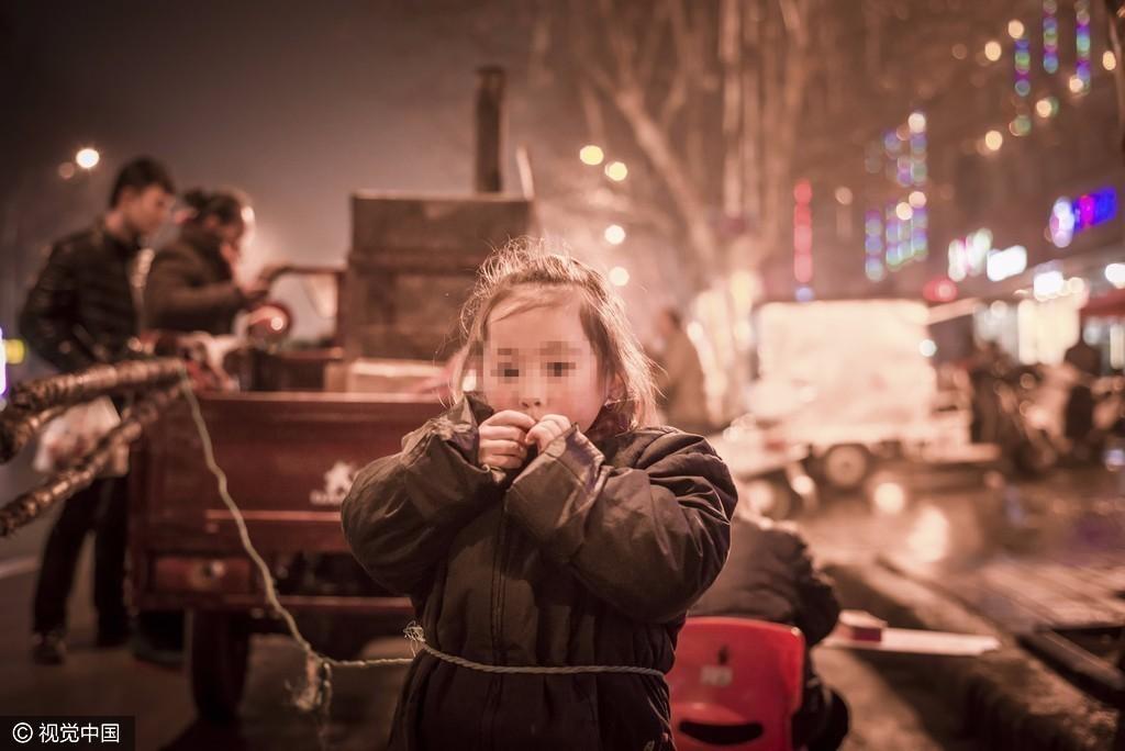 4岁女童街头被绳子系在车上:背后原因心酸 - 一统江山 - 一统江山的博客