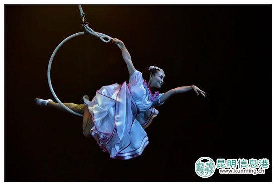 """圆通国际大马戏《丝路传奇》首次夜场公演 艺术呈现""""一带一路""""文化"""