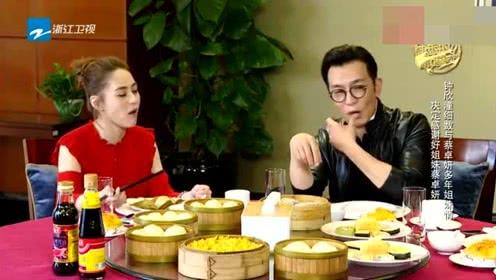 阿娇请李咏吃香港早餐,点了一桌子,咏哥舔手指