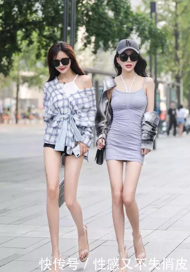 美女搭配高跟鞋,映出自己美好的身材曲线