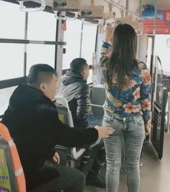 20岁男子坐公交车,美女生jj美女却无缘无故被打一巴掌图片