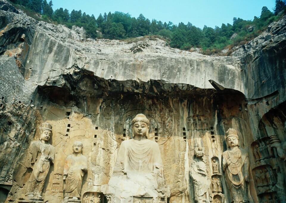 最古老的佛教建筑为石窟寺,系根据古印度佛教造型艺术,结合中国传统的