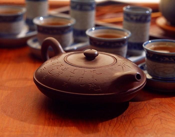 一般紫砂壶泡茶方法和步骤如下: 温壶温杯:将茶壶内外和茶杯用开水烧
