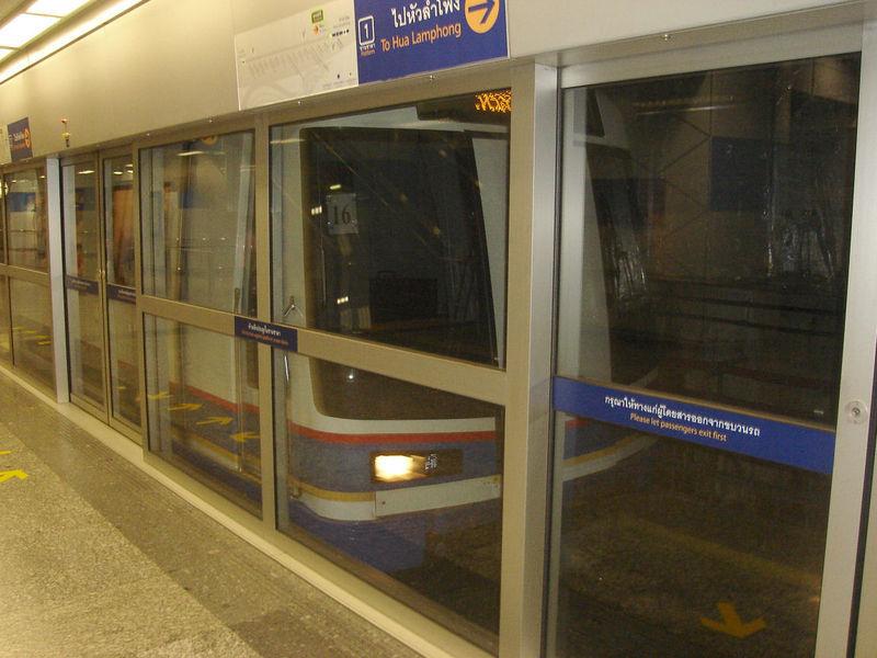 新加坡地铁所有的地下车站均装有屏蔽门,是全球首条重型铁路系统采用